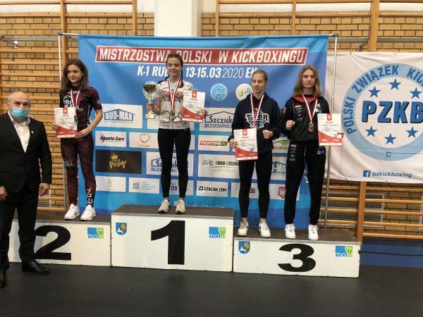 podium z zawodniczkami, które osiągnęły sukces w Mistrzostwach Polski w kickboxingu w Ełku