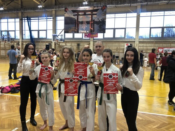 zawodniczki klubu karate nazawodach wLibiążu
