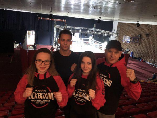 zawodnicy oświęcimskiego klubu karate wraz ztrenerem