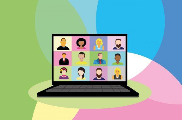 Komputer z widoczną wideokonferencją